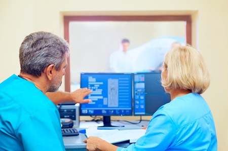 medical scanner: medical staff discussing mri results during procedure Stock Photo