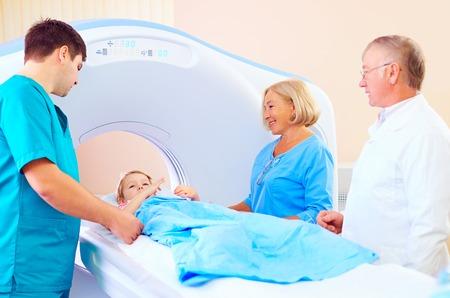 ct スキャンのため医療スタッフ間で小さな子供の患者