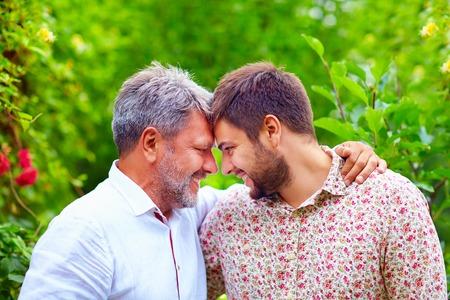 外観の似ている幸せな父と息子の肖像画は、