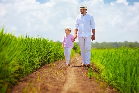 Barfuß Vater und Sohn zu Fuß durch das Reisfeld Standard-Bild - 49904474