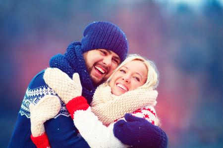parejas amor: pareja feliz se divierten durante las vacaciones de invierno