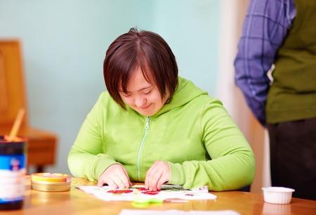 재활 센터에서 장인 정신에 종사하는 장애를 가진 젊은 성인 여자 스톡 콘텐츠