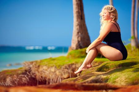 cuerpo entero: hermosa mujer de tamaño más disfrutar de la vida en las vacaciones de verano