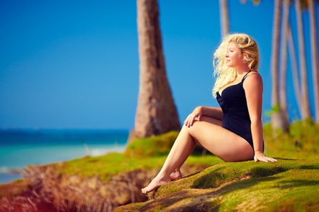 아름다운 더하기 크기 여자 여름 휴가 생활을 즐길 수 스톡 콘텐츠