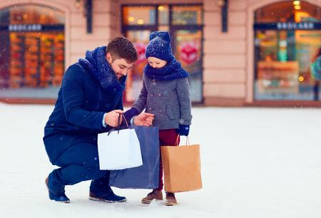 vader en zoon op de winter het winkelen in de stad, vakantie seizoen Stockfoto