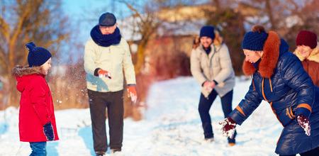 palle di neve: felice della grande famiglia palle di neve da gioco su bella giornata invernale