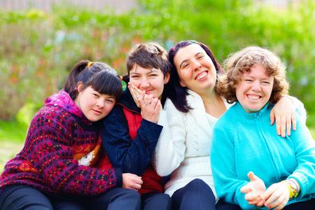 discapacidad: grupo de mujeres felices con discapacidad que se divierten en el parque del resorte
