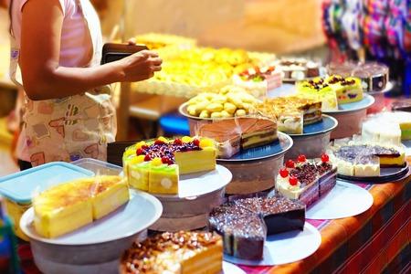 밤 시장 거리 시장에서 생과자 마구간에 디스플레이에 달콤한 맛있는 케이크