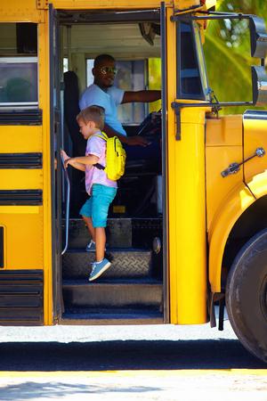niño escuela: cute niño está recibiendo en el autobús, listo para ir a la escuela