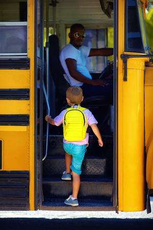 귀여운 아이가 학교에 갈 준비, 버스에 점점
