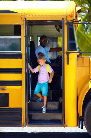 귀여운 아이는 방과 후, 버스를 얻고있다 스톡 콘텐츠