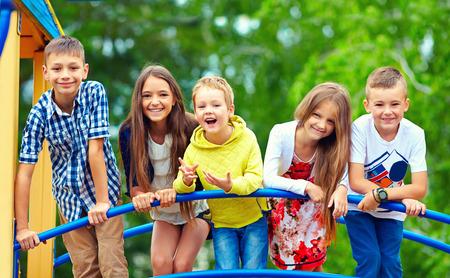 gelukkig opgewonden kinderen plezier samen op speelplaats Stockfoto