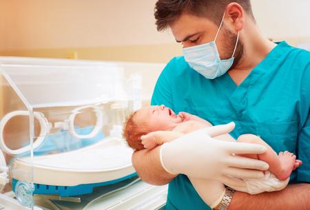 병원에서 신생아를 낳는 젊은 성인 남자