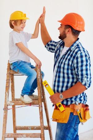 hoge vijf! Goed gedaan, kerel! Vader en zoon reparatie van de woning