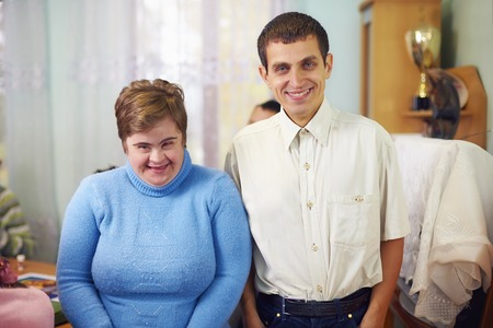 Portrait de deux amis heureux handicapés dans le centre de réadaptation Banque d'images - 65869170