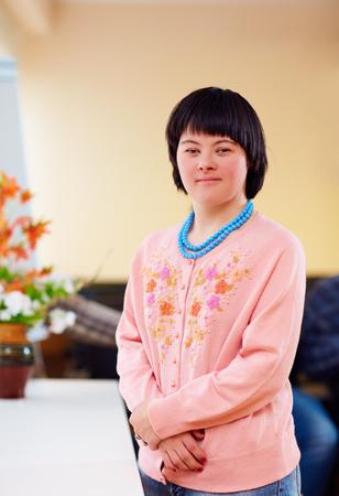 다운 증후군을 앓고있는 젊은 성인 여성의 초상 스톡 콘텐츠