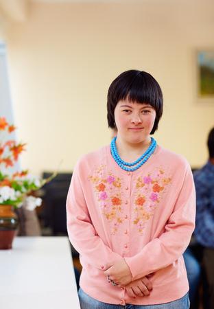 ダウン症候群の若い大人の女性の肖像画