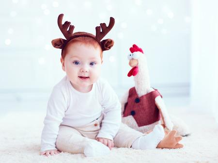 酉グッズを自宅で赤毛のかわいい赤ちゃん 写真素材