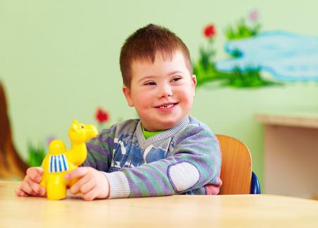 ダウン症候群の幼稚園で遊ぶかわいい子供