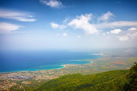 プエルト ・ プラタの町とピコ イザベル ・ デ ・ トレスの上からの大西洋の魅惑的なビュー