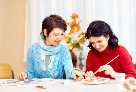 mujer adulta con necesidades especiales se dedica a la artesanía en el centro de rehabilitación
