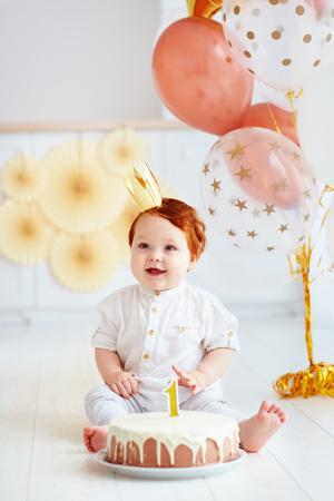 彼の最初の誕生日を祝う幸せな幼児男の子 写真素材