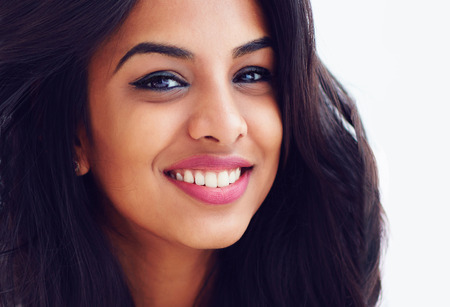 close-up portret van mooie jonge lachende Indiase vrouw
