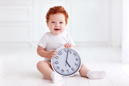 서클 시계를 들고 행복 한 작은 유아 아기