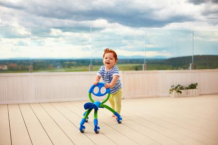 행복 한 유아 아기 소년 추진 이동 카트, 야외 스톡 콘텐츠