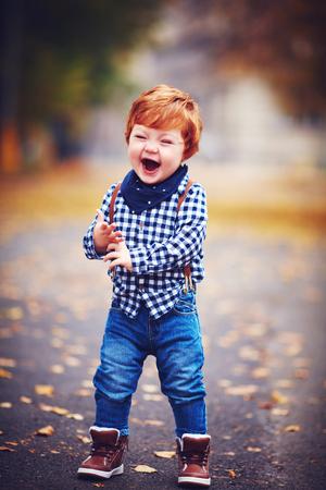 赤い髪と秋の公園を楽しんで満足して笑う幼児男の子 写真素材 - 88756354