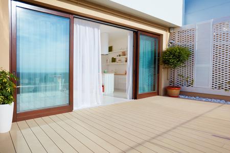Patio superior con cocina abierta, puertas correderas y terraza en el piso superior Foto de archivo - 92821597