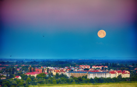 morning moom over the city in the valley. Uzhhorod, Ukraine Stockfoto - 105349465
