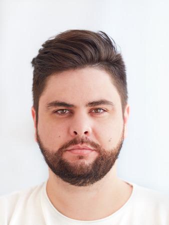 schouderportret van dertigjarige, bebaarde man