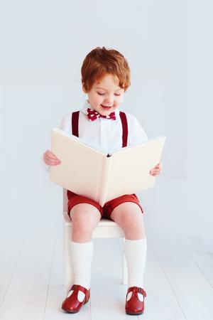 lindo, feliz, niño, bebé, libro de lectura