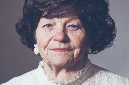 Retrato de mujer elegante madura, 80 años Foto de archivo