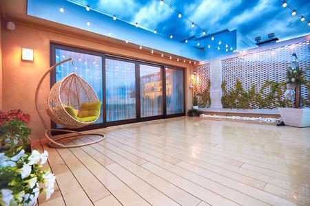 abendlicher Terrassenbereich mit Schiebetüren