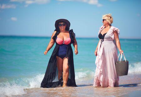 happy plus suze, erwachsene Frauen genießen den Sommerurlaub am Strand