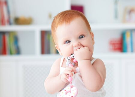 Jouet de grignoteuse en silicone mordant bébé fille Banque d'images