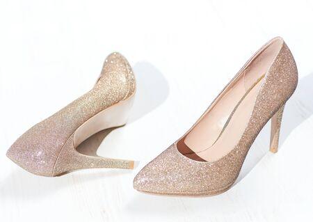 zapatos de tacón dorado, zapato de salón puntiagudo cenicienta