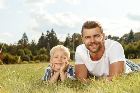 Portrait of happy young father and son in the park 版權商用圖片