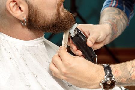 barbero: Hombre hermoso que consigue su barba afeitada en una peluquer�a