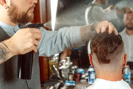 barbero: El labrar del pelo por un peluquero profesional Foto de archivo