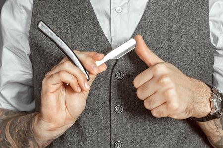 barbero: Peluquero probar la nitidez de una cuchilla