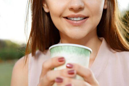 calor: Chica joven con la taza de t� al aire libre Foto de archivo