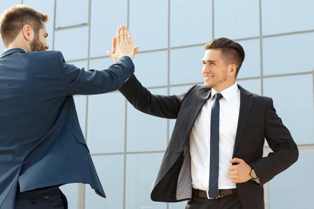 gente exitosa: Dos colegas de negocios guapo alta fiving aire libre Foto de archivo