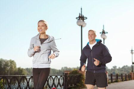 hacer footing: Dos amigos disfrutando de correr por la mañana al aire libre