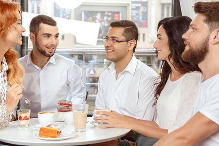 amigas conversando: Reuni�n de colegas despu�s del trabajo en el caf� Foto de archivo