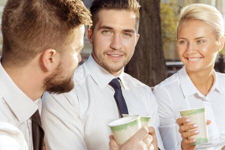 traje formal: Colegas de negocios en descanso para tomar caf� en el parque de la ciudad Foto de archivo