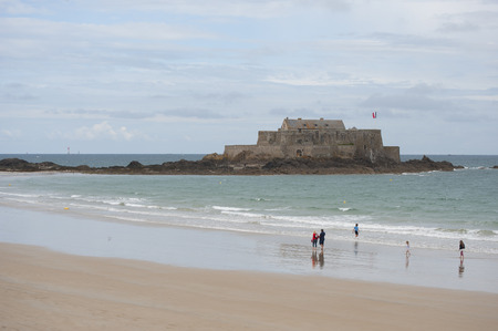 xvi: Fort National in Saint Malo (France). The town of Saint-Malo, Brittany, the Bay of La Manche. The fortress was built in 1689, during the reign of Louis XVI, by the famous military architect Vauban.