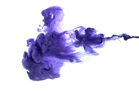 水で紫色のアクリル塗料。 白い背景のスタジオ撮影。
